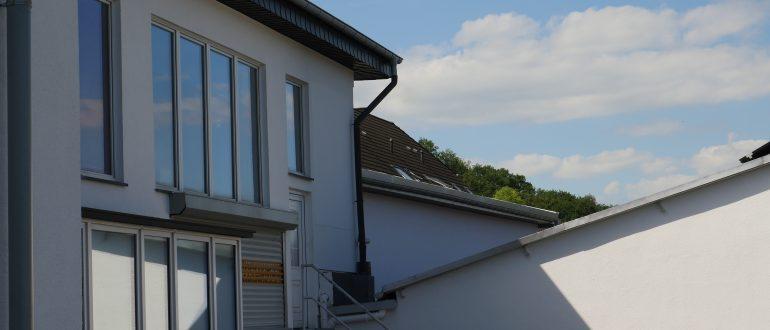 Erweiterung Lagerhalle mit Bürofläche Firma Scheu-Dental in Iserlohn, NRW - Wände aus vorgefertigten Holzrahmenbauelementen und Dach als Nagelplattenbinderkonstruktion
